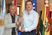 CBSB faz visita e leva troféu do penta da Copa do Mundo à sede da Conmebol